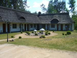 """Auch diese pilzige Anlage gehört offensichtlich """"Zum Pilz"""" und kann wohl als Hotelanlage gelten. Nähere Info`s unter Tel.: 05376/890778 oder www.zumpilz.com"""