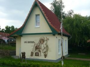 Das Backhus der Initiative für Wiechmannsdorf e.V. ist ein wirklicher Hingucker!. Hier wird zu bestimmten Terminen, die in einem Schaukasten ersichtlich sind, tatsächlich gebacken oder zum Frühschoppen eingeladen
