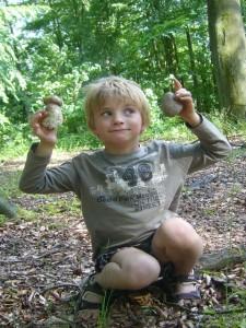 Stein + Pilz = Steinpilz! Jonas interessiert sich schon seit geraumer Zeit nicht nur notgedrungen für Pilze, nein auch Steine haben es ihm angetan. Und hier, welch ein Zufall, ein schöner Stein erregte seine Aufmerksammkeit. Den schönen Sommersteinpilz, gleich daneben, übersah er fast. 13. Juni 2011.
