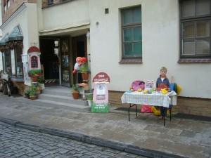 Gleich zu Beginn hatte Jonas schon seinen Tisch mit Spielzeug zum Verkauf eingedeckt und konnte auch einiges unter die Leute bringen.