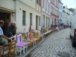 Kurze Zeit später begann die Stuhlparade des KASO - Kunstvereins Wismar e.V.. Über 150 alte Stühle wurden wieder geschmackvoll aufbereitet und standen zum Verkauf.