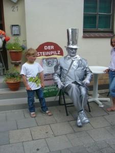 Jonas hat dem Silbermann einen Platz bei uns angeboten, denn er kann ja nicht die ganze Zeit stehen!