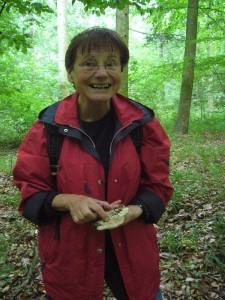 Pilzfreundin Erika Wittenhagen wollte heute unbedingt einen Eichenwirrling finden. Ein freudiger Aufschrei, als sie ihn tatsächlich an einem alten Eichenstubben fand. 25.06.2011.