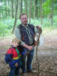 Jonas und Thomas haben einen Porling gefunden, der mit einer Astgabel verwachsen war und beschlossen ihn als Aufsteller für den Pilzladen mit zu nehmen. 25.06.2011.