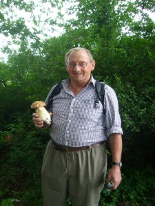 Durch das Gebeit führte uns Pilzberater Klaus Warning. Hier mit einem prachtvollen Sommersteinpilz, der ebenfalls mit weiteren Artgenossen unter den Eichen wuchs. 26.06.2011.