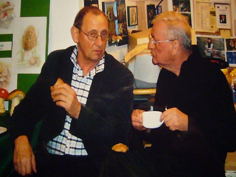 Klaus Warning und Ulrich Bardet beim fachsimpeln während eines Treffens der Pilzfreunde im Steinpilz-Wismar.