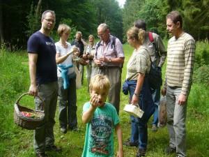 Cool und übermütig präsentiert Jonas einen Behangenen Faserling im Vordergrund, Klaus Warning erläutert einen interessanten Pilzfund und die Meißner`s im Hintergrund freuen sich einfach. 09.07.2011.