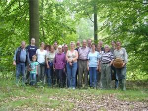 Mit genau 20 Pilzbegeisterten waren wir die in diesem Jahr bisher stärkste Gruppe auf einer Pilzwanderung. Die Körbe wurden zwar nicht sonderlich voll, aber es war trotzdem eine lehrreiche Pilzwanderung mit einer ganzen Menge verschiedener Arten. Abschußfoto am 09.07.2011 im Wald bei Warnow.