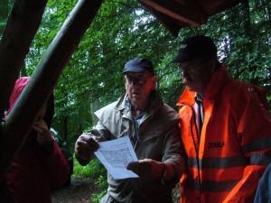 Der Bützower Pilzberater Klaus Warning (Mitte) und Thomas Harm studieren die Karte dieses Gebietes. Klaus Warning führte uns duch dieses interessante Gebiet, das er wie seine Westentasche kennt. 23.07.2011.
