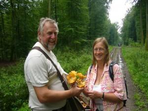DDorothee und Günter Meißner aus der Nähe von Hamburg freuen sich über ihre Riesepfifferlinge, die sie in einer Grabenböschung fanden. 06.08.2011 im Qualitzer Forst.