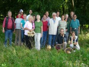 Bei herrlichem Sonnenwetter versammelten sich alle 18 Teilnehmer der heutigen Pilzlehrwanderung am Waldrand bei Groß Labenz zu unserem obligatorischen Abschlußfoto. 20.08.2011.