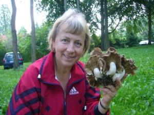 Pilzberaterin Irena Dombrowa freut sich über die schönen Gepanzerten Raslinge, die wir gestern in Schönlage fanden. Da hier einige ergiebige Büschel standen, nahmen wir sie mit und sie werden tiefgerforen für den nächsten Pilzimbiss. 24.08.2011.