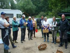 Der Vorsitzende des rehnaer Pilzvereins, Torsten Richter (rechts) richtet einige begrüßende und einführende Worte an die Teilnehmer der heutigen Exkursionen und Pilzwanderungen.