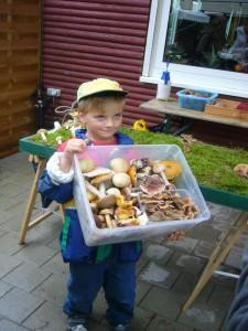 Auch Sohn Jonas Dombrowa (6), hat sehr schöne Pilze mit der Mama gefunden, die er jetzt für die Ausstellung spenden möchte. Vielen Dank. lieber Jonas, es waren die schönsten Pilze unserer Ausstellung! 27.08.2011.