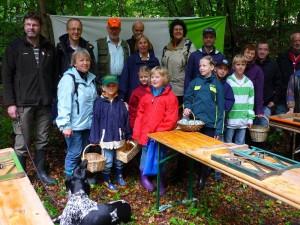 Pilzberaterin Irena Dombrowa und Sohn Jonas (vorne links) übernahmen die jüngste Gruppe. Und ab ging es in den frühherbstlichen Wald. 18.09.2011.