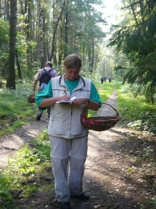 Der wirklich interessierte Pilzfreund oder Freundin schreibt mit. Anhand eines Pilzbuches kann man dann zu hause die besprochenen Arten nochmals nachlesen und studieren.