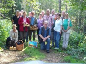 Bei schönstem Spätsommerwetter versammelten sich zum Abschluß noch einmal alle 16 Teilnehmer der heutigen Pilzwanderung zu unserem obligatorischen Gruppenfoto. 03. September 2011 im Wald bei Holzendorf.