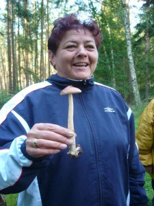 Freude über den ersten Pilz. Den Fuchsigen Scheidenstreifling kann man sogar essen. Er wuchs hier reichlich und wurde in Begleitung und nach Absegnung des Fachmanns auch gerne mitgenommen.