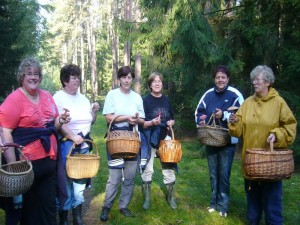 """Jeder hat einen anderen Pilz gefunden und meist ertönt die Standartfrage: """"Kann man den essen?"""". 04.09.2011 im Wald bei Weberin."""