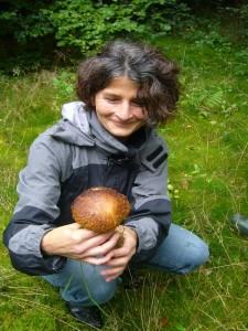 Pilzfreundin Angela freut sich sehr über diesen Steinpilz gleich zu Beginn. Leider war er nicht mehr zu Verwenden!