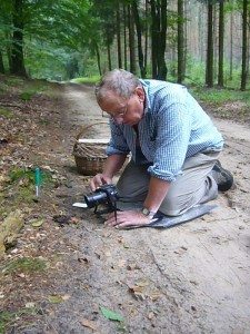 Klaus Warning beim Fototermin mit einem Blätterpilz, der auf Tierkot wächst.