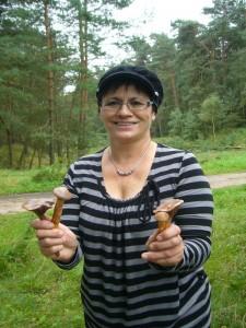 Diese junge Dame haben wir im Wald getroffen. Zusammen mit ihrem Mann war sie auf Pilzsuche. Sie gehört zu einer miderheit von Pilzsuchern, die bei Mangel an Maronen auch Oragerote Graustiel - Täublinge sammelte. Bei dieser Gelegenheit lernte sich gleich noch den Kupferroten Gelbfuß kennen, der ein strenger Kiefernbegleiter und ein guter Speisepilz ist.