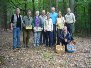 Am Ende unsrer Wanderung versammelten sich alle 9 Pilzfreunde wie gewohnt zum Abschlüfoto. 17. September 2011 im Bürgerholz bei Crivitz.