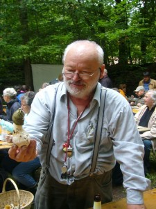 Der Güstrower Pilzberater Harry Käding ist schon seit vielen Jahren in Ritzrau mit dabei. Hier mit seinem Lieblingspilz - Phallus impotenta - wie ich es noch aus einem lendären Fersehauftritt seiners seits im Ohr habe. Lieber Harry, verliere nicht dein Humor
