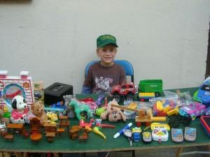 Auch Jonas hatte sich wieder einen Tisch aufgebaut um sein ausgedientes Spielzeug unter die (kleinen) Leute zu bringen.