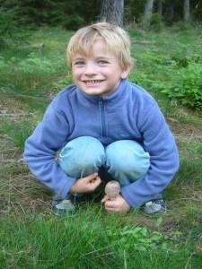 Ein junger Riesen - Schirmpilz ist es also! Lecker, das sind Jonas seine Lieblingspilze, besonders wenn sie schon aufgeschirmt sind und wie Schnitzel in der Pfanne gebraten werden können.