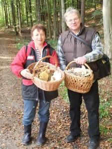 Die Körbe wurden allmählich voll und wir traten den Rückweg an. Betty Mews und Reinhold Krakow am 08.Oktober 2011.
