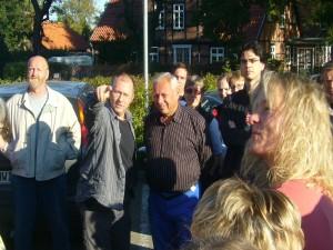 Der Chef des Rehnaer Pilzvereins, Torsten Richter (links) zusammen mit Prof. Dr. Jürgen Schwik bei der Einweisung der Exkursionsgruppen um 09.45 Uhr auf dem dortigen Edeka - Parkplatz.