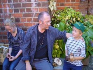 Auch Jonas hat Pilze für die Ausstellung gefunden und erläutert dem Vorsitzenden des Rehnaer Pilzvereins, Torsten Richter, den Fundort in der Parkanlage gleich nebenan. 01.10.2011.