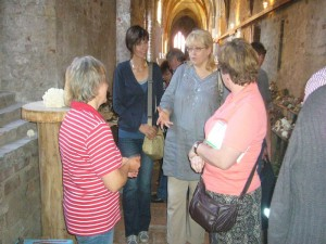 Immer wieder stehen die Pilzberater für die vielen Fragen der Besucher Rede und Antwort. Hier sehen wir Frau Dombrowa im Gespräch mit sehr interessierten Damen.