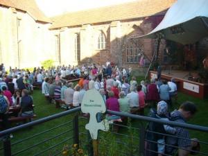 Bei dem Traumwetter bot auch der Innenhof der Klosteranlage die Kulisse für ein kleines Show - Programm. Nebenbei aber schnell noch die Pilzausstellung anschaunen. Sie ist auch morgen (02.10) noch von 10.00 - 16.00 Uhr zu bewundern.