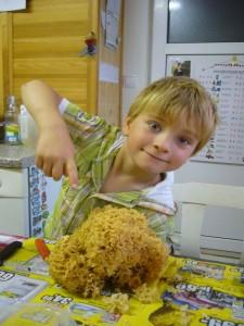 Jonas heute Mittag beim Säubern einer, seiner kürzlich gefundenen Krausen Glucken. 03.10.2011.