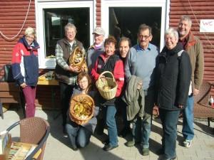 Zum Schluß blieben auch noch reichlich Pilze zum Essen übrig. Nach dem viele schon die heimfahrt angetreten haben, sehen wir hier noch den harten Kern zum Anschlußfoto am 08.Oktober 2011.