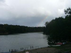 Kurze Zeit später lag der Rote See und seine Umgebung im bleiernen Licht dunkler Schauerwolken und ein Regenbogen kündigte heftige Regengüsse an