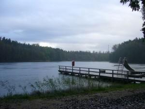 Kaum hatten wir unsere Freiluftausstellung aufgebaut, setzten heftgige Regenschauer ein. 08.10.2011 am Roten See bei Brüel.
