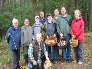 In Palingen angelangt versammelten wir uns am Waldrand noch zu unserem obligatorischen Erinnerungsfoto. Wie unschwer zu erkennen, waren heute mindestens 9 Pilzfreunde in der Palinger Heide unterwegs.
