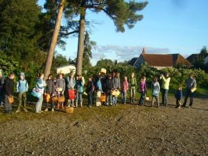 Nach reifkalter Nacht strahlte sie Sonne von einem tiefblauen Himmel und mit etwa 30 Schülern, Lehrern und einigen Eltern starteten wir nach einem ersten Fototermin in den herbstlichen Wald.
