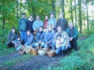 Und das ist wieder unser obligatorischs Abschlußfoto. Wie man sieht hat auch unser Ausweichwald allen 14 Exkursionsteilnehmern viel Freude gebracht und das traunhaft schöne Wetter tat das übrige. 23. Oktober 2011 im Wald bei Kneese.
