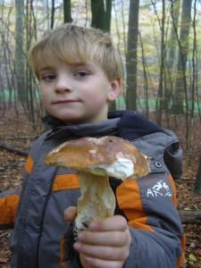 Ein Glückspilz war heute der Jonas, er fand den einzigen Steinpilz!