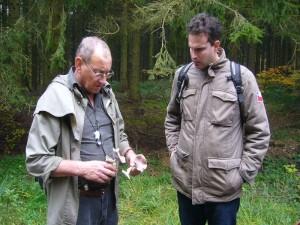 Ebenfalls am Waldweg auf Holzresten wuchsen einige Exemplare des Rotbrauner Riesenträuschlings. Hier Pilzberater Klaus Warning (links) mit entsprechenden Erläuterungen zu diesem interessanten Fund.