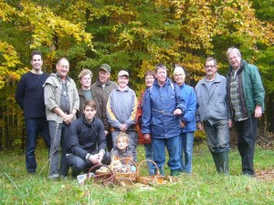 Wie auf unserem abschließenden Erinnerungsfoto ersichtlich ist, waren wir heute 14 Pilzfreunde, die in einem der höchstgelegenen Waldgebiete Mecklenburg - Vorpommerns unterwegs auf Pilzsuche waren.