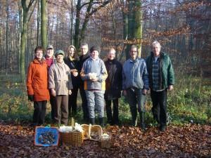 Neun Pilzfreunde nahmen an der letzten Pilzlehrwanderung des Jahres teil. Das Wetter war wunderbar und ich Denke es hat allen recht viel Spaß gemacht und es konnte sicher dies und jenes zum Thema Pilze hinzu gelernt werden. 12. November 2011 im Stegenholz bei Sternberg.