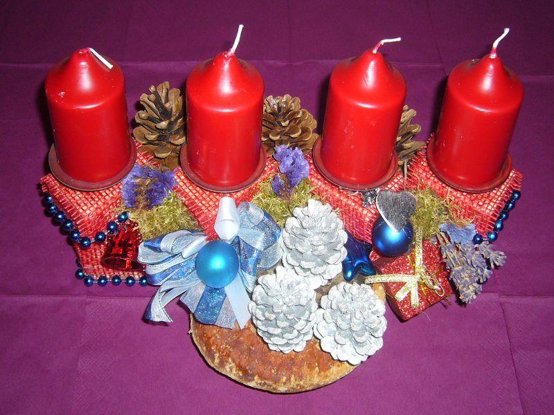 Ca. 40 cm langes, aufwendig gearbeitetes 4er - Gesteck mit Rotrandigem Baumschwamm und roten Kerzen für 20,00 €.