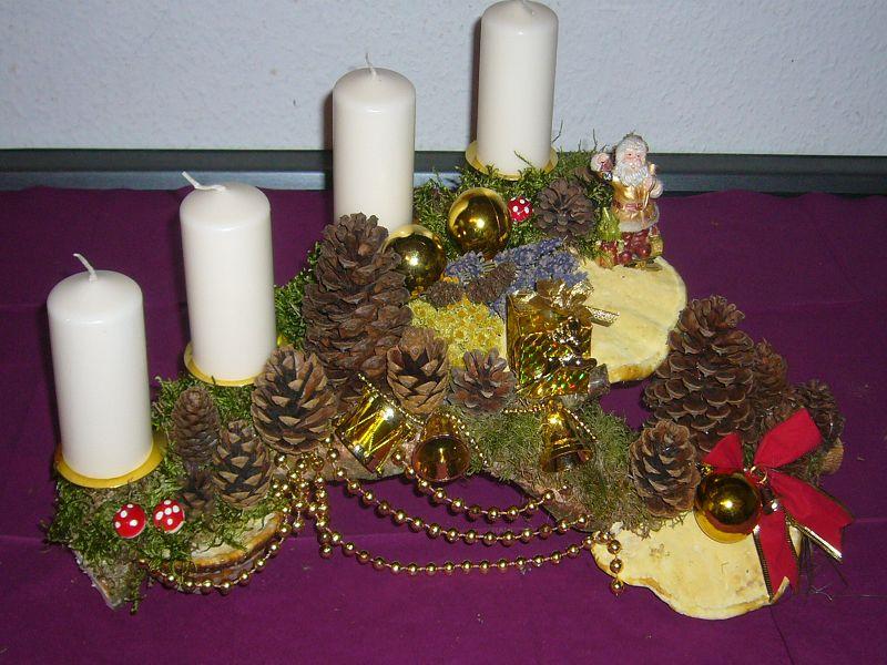 Recht großes 4er Gesteck auf Astgabel mit weißen Kerzen und Rotrandigem Baumschwamm, ca. 45/30 cm für 20,00 €.