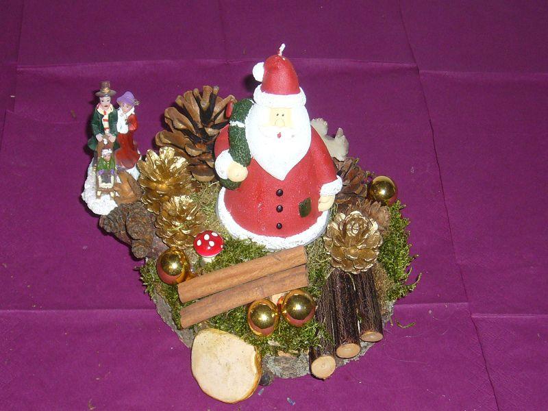 Rundes Weihnachtsgesteck auf Holzscheibe und Weihnachtsmann - Kerze, ca 20cm im Durchmesser für 10,00 €.