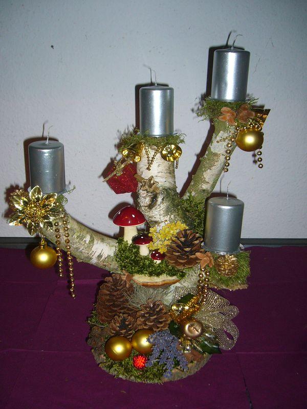 Große, recht stämmige Birkengabel auf Holzscheibe festlich dekorierte und silbernen Kerzen, höhe gut 50cm, breite etwa 40cm zu 30,00 €.